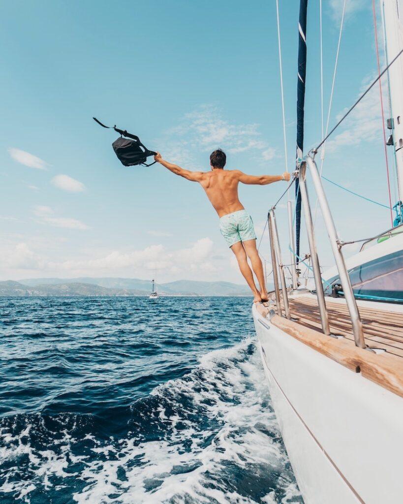 Ragazzo nudo su barca